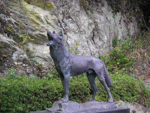 honshu-wolf_statue